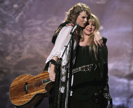 La cantante Taylor Swift abraza a Stevie Nicks tras su actuación en la gala. / Reuters
