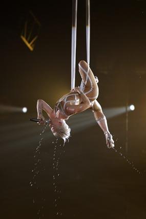 La cantante Pink, realizando acrobacias. / Reuters