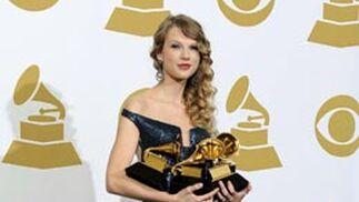 La cantante estadounidense Taylor Swift sostiene sus Grammy. / EFE