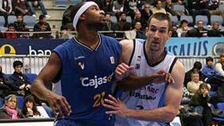 Andy Panko y Kirksay pelean pos la posición para el rebote.  Foto: L. García (ACB)