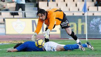Aouate consoló a Mario Bermejo tras la ocasión fallada por el delantero cántabro.   Foto: Pascual