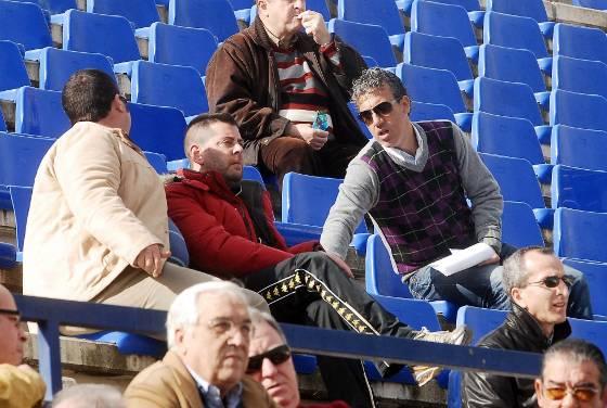 El entrenador del Betis B Oli tomó nota del Águilas, con el que se medirá su equipo dentro de dos semanas.   Foto: Manuel Aranda