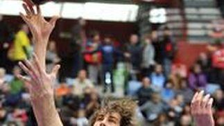 David Doblas lanza a canasta ante la oposición de Trigueros.  Foto: Rubén Plaza Etxabe