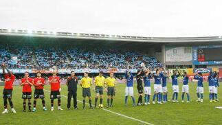La afición del Deportivo recibió a los dos equipos con cartulinas azules que pusieron la nota de color en el estadio, de nuevo con una buena entrada pese a la mala temporada del cuadro xerecista.  Foto: Pascual