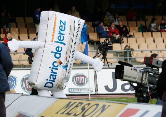 Diarín, la mascota de Diario de Jerez, disfrutó con los goles de Carlos Calvo y festejó un triunfo xerecista trece jornadas después, ya que el último se remonta al mes de octubre.   Foto: Pascual