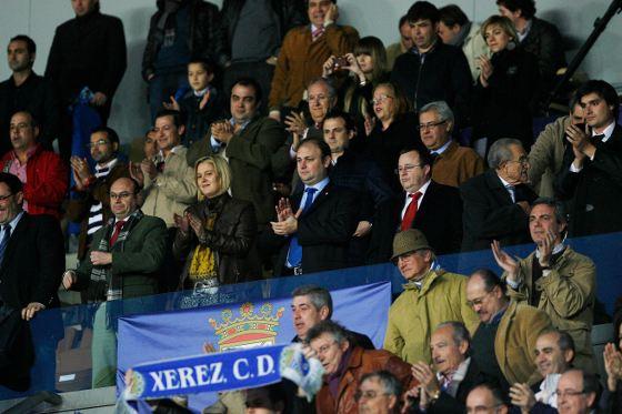 Federico Souza aplaude desde el palco a sus jugadores tras conseguir la primera victoria en Liga desde que llegó al club.   Foto: Pascual