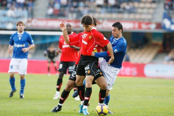 Momo pugna con el lateral derecho Mattioni en una jugada en la que el canario cayó a la banda izquierda.  Foto: Pascual