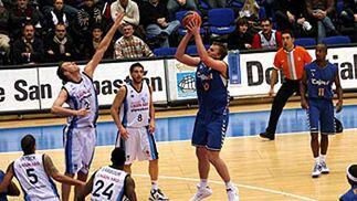 Savanovic se levanta desde la línea de personal.  Foto: L. García (ACB)
