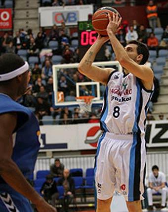 Sergio Sánchez lanza canasta.  Foto: L. García (ACB)