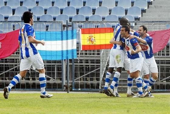 Vázquez y D'Jily felicitan a Bello, autor de la jugada del primer gol y Carrasco hace un gesto de rabia tras el 1-0.  Foto: Manuel Aranda