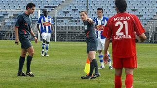 La asistente Villa Gutiérrez señala al árbitro el banquillo visitante.  Foto: Manuel Aranda