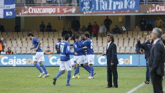 Los jugadores xerecistas felicitan a Carlos Calvo tras anotar el tanto del empate. Era el inicio de la remontada.   Foto: Pascual