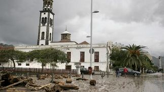 Daños en una calle de Santa Cruz de Tenerife por las intensas lluvias.  Foto: Cristóbal García (Efe)