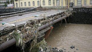 Uno de los puentes del barranco de Santos, desbordado por las intensas lluvias caídas en Tenerife.  Foto: Cristóbal García (Efe)