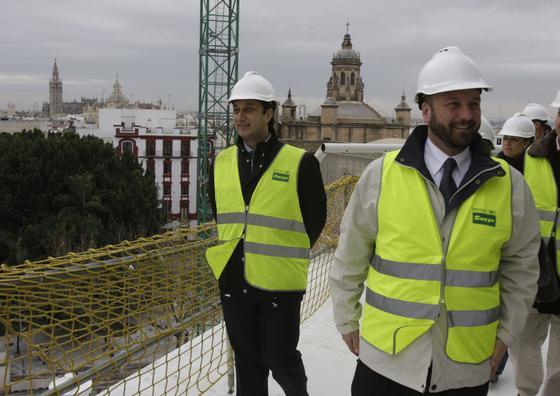 Miembros de la oposición y periodistas realizaban una exhaustiva visita por las instalaciones acompañados por el concejal de Urbanismo, Alfonso Rodríguez Gómez de Celis.   Foto: J.A. Garcia
