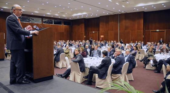 Cristóbal Montoro se dirige al auditorio al comienzo de su intervención en el Foro Joly celebrado ayer en Sevilla. / Reportaje gráfico: Juan Carlos Vázquez y Victoria Hidalgo