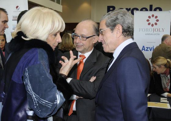 Teófila Martínez, con Montoro y Braulio Medel, presidente de Unicaja. / Reportaje gráfico: Juan Carlos Vázquez y Victoria Hidalgo