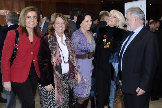 La diputada Fátima Báñez, la ex ministra Elvira Rodríguez, Joaquina Martínez de Salazar, Teófila Martínez y José Luis Berrendero, director de banca corporativa de Unicaja. / Reportaje gráfico: Juan Carlos Vázquez y Victoria Hidalgo