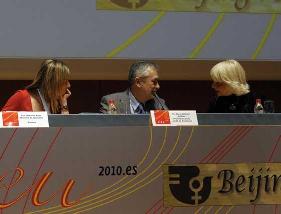 Detalle de Aído, Griñán y Martínez conversando en la mesa  Foto: Joaquin Hernandez 'Kiki'
