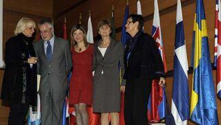 De izquierda a derecha, la alcaldesa, el presidente de la Junta, la ministra y dos de las participantes en el Foro  Foto: Joaquin Hernandez 'Kiki'