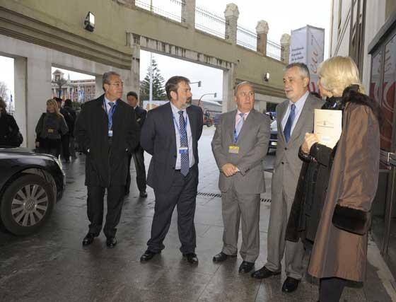 La alcaldesa de Cádiz y el presidente de la Junta, entre otros, a las puertas del Palacio de Congresos  Foto: Joaquin Hernandez 'Kiki'
