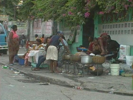En las calles hay puestos de comida.