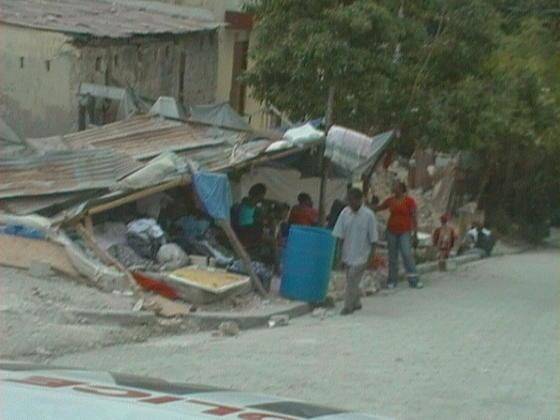 La población tiene que sobrevivir entre las ruinas.