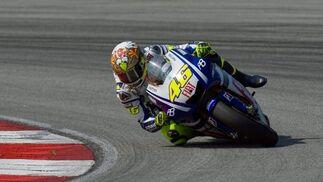 El piloto de Yamaha, Valentino Rossi, a lomos de su nueva motocicleta, la YZR M1  Foto: Agencias