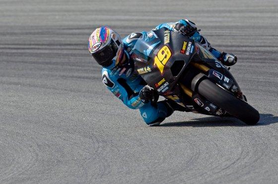El piloto español Álvaro Bautista debuta en el equipo oficial de Suzuki compratiendo box con Loris Capirossi  Foto: Agencias