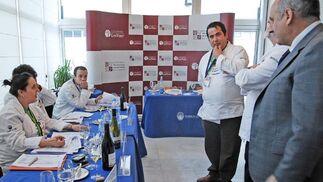 El jurado del certamen dialoga con Francisco Romero, director de la escuela  Foto: Manuel Aranda