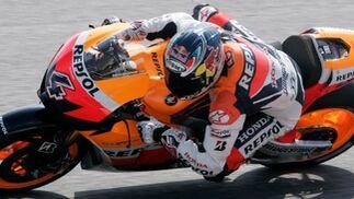 El piloto italiano de Honda, Andrea Dovizioso toma una curva durante la primera sesión de entrenamientos  Foto: Agencias