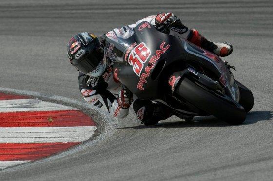El piloto finlandés de MotoGP Mika Kallio, del equipo Pramac Green, toma una curva durante la primera jornada de entrenamientos   Foto: Agencias