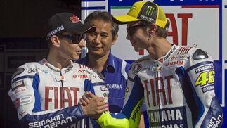 El piloto italiano Valentino Rossi (d) estrecha la mano de su compañero español Jorge Lorenzo.  Foto: Agencias