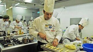 El ganador, Victor Trochi, en plena elaboración de los platos  Foto: Manuel Aranda