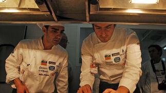 Un chef y su ayudante preparan la presentación del plato  Foto: Manuel Aranda