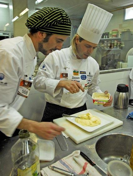 Dos cocineros elaboran su receta  Foto: Manuel Aranda