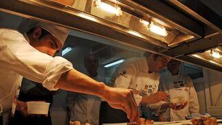Dos cocineros preparan la presentación de los platos  Foto: Manuel Aranda