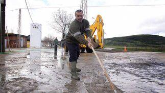 Las fuertes lluvian obligan a hacer siete rescates por inundaciones en Algeciras. Parte de Los Barrios también se ve anegada por las tomentas  Foto: Erasmo Fenoy/Vanessa Perez/J.M.Quiñones