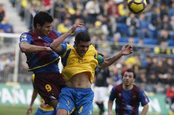 Enrique pugna un balón aéreo.  Foto: José Braza