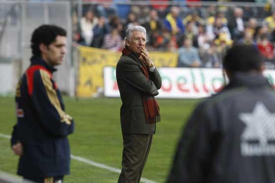 Espárrago no ve claro como remontar el partido.  Foto: José Braza