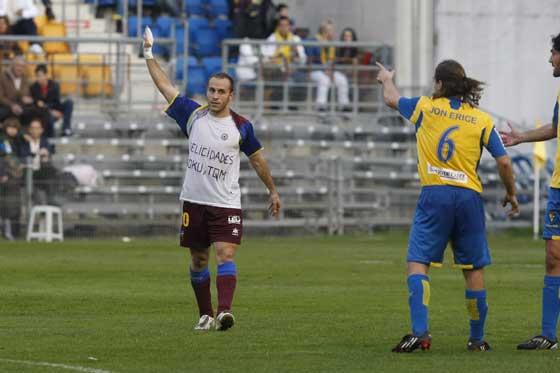 Juanlu celebra el tercer gol del Levante, justo antes de ser expulsado por el colegiado.  Foto: José Braza