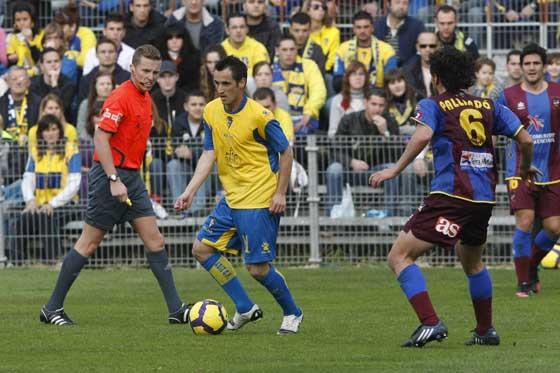 López Silva tampoco tuvo una tarde muy fina. El arbitro canario Hernández mostró numerosas cartulinas amarillas durante el choque.  Foto: José Braza