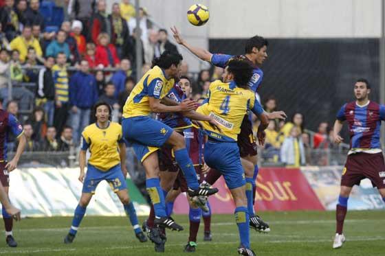 Mansilla y Silva pugnan por un balón dividido.  Foto: José Braza