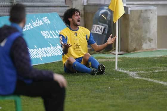Mansilla, que fue el mejor jugador amarillo del partido, pide al arbitro de le saque una cartulina amarilla a un rival tras cometer una falta.  Foto: José Braza