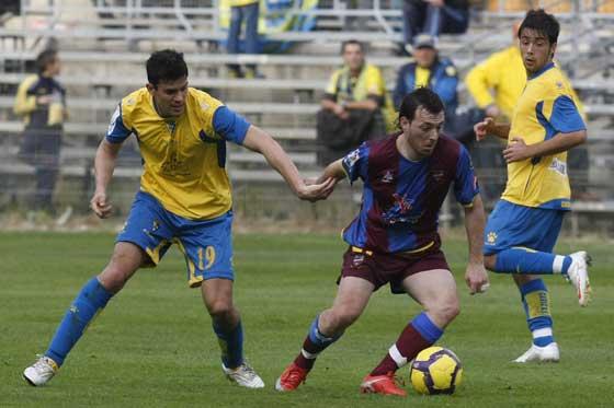 Ormazábal trata de frenar a un jugador levantino.  Foto: José Braza