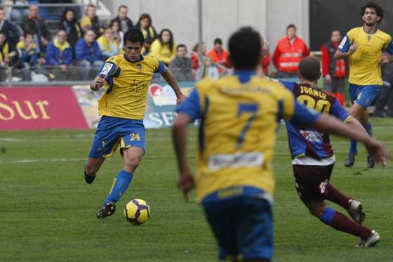 Silva avanza con el esférico controlado.  Foto: José Braza