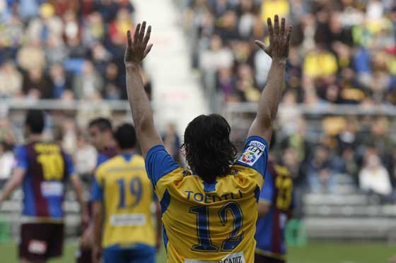 Toedli celebra uno de sus dos goles.  Foto: José Braza