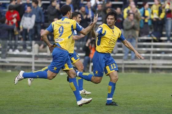 Tristán, Enrique y Toedli celebran uno de los goles cadistas.  Foto: José Braza
