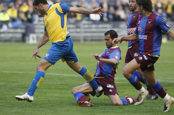 Un jugador del Levante comete falta sobre Tristán.  Foto: José Braza