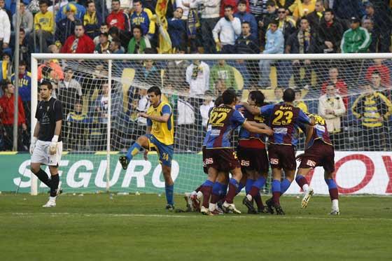 Los jugadores del Levante celebran un gol ante Casilla, que tuvo una tarde muy gris.  Foto: José Braza